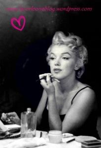 Marilyn Monroe maquillandose